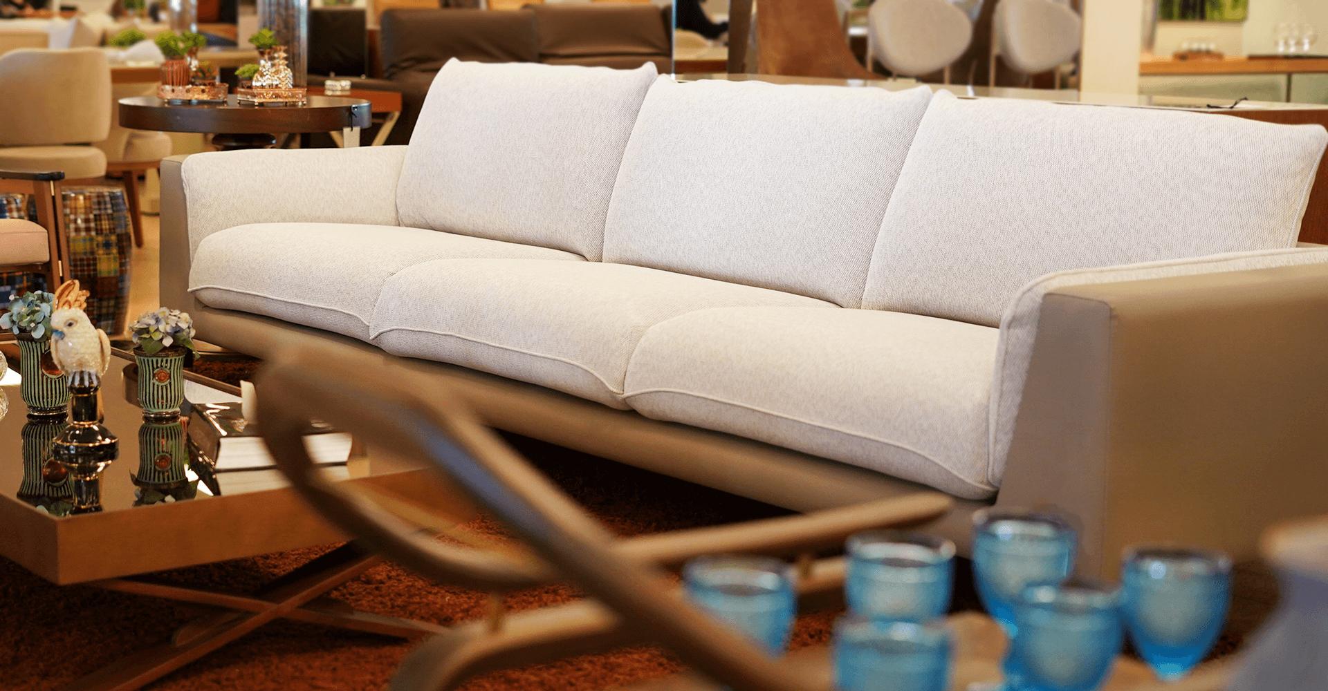 Sofá curvo com chaise | Cenário Móveis - A loja mais completa em móveis finos e de luxo em Goiânia e Brasília